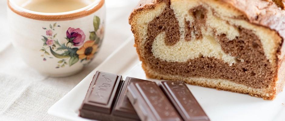 Мраморен кекс с шоколад се приготвя лесно, рецептата се помни лесно и обикновено се приготвя от децата, ако са на възраст над 10г. Не го оставяйте сами в къщата, докато го правят. Бъдете около тях и се наслаждавайте на свободното си време.