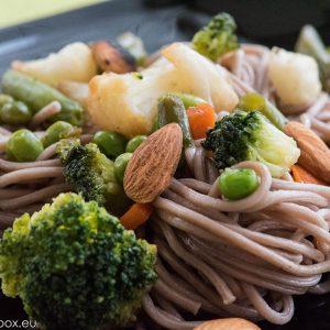 нудли от елда със сотирани зеленчуци