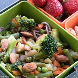 lunchbox нудли от елда със зеленчуци