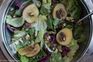 Зелена салата с мариновани печени ябълки