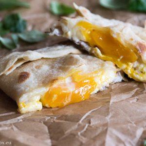 Джоб с шунка, сирене и яйце