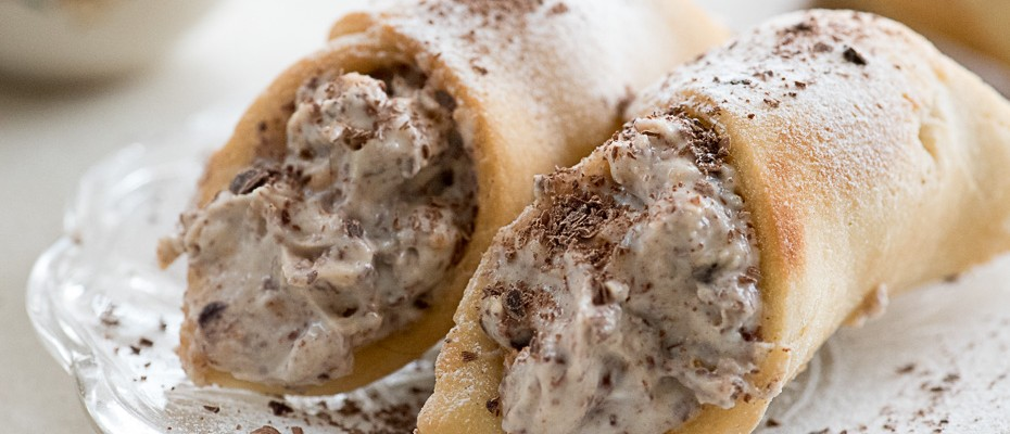 Cannoli with dark chocolate