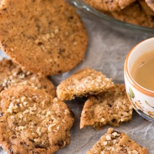 Хрупкави бисквити с шоколад и ядки