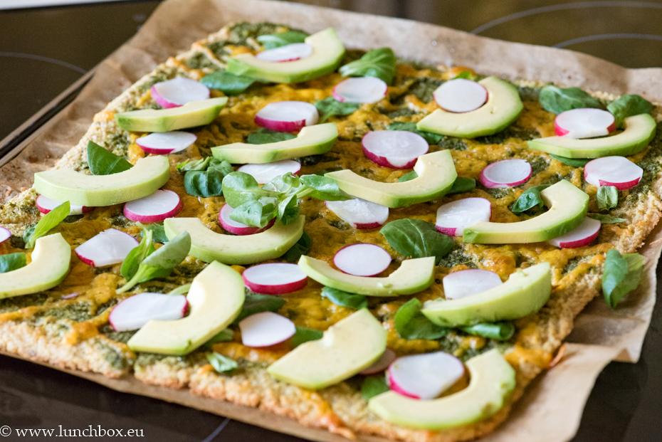 Веган пица с тесто от нахут и песто