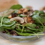 зелена салата с орехи и мед