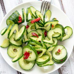 Пикантна салата с краставици