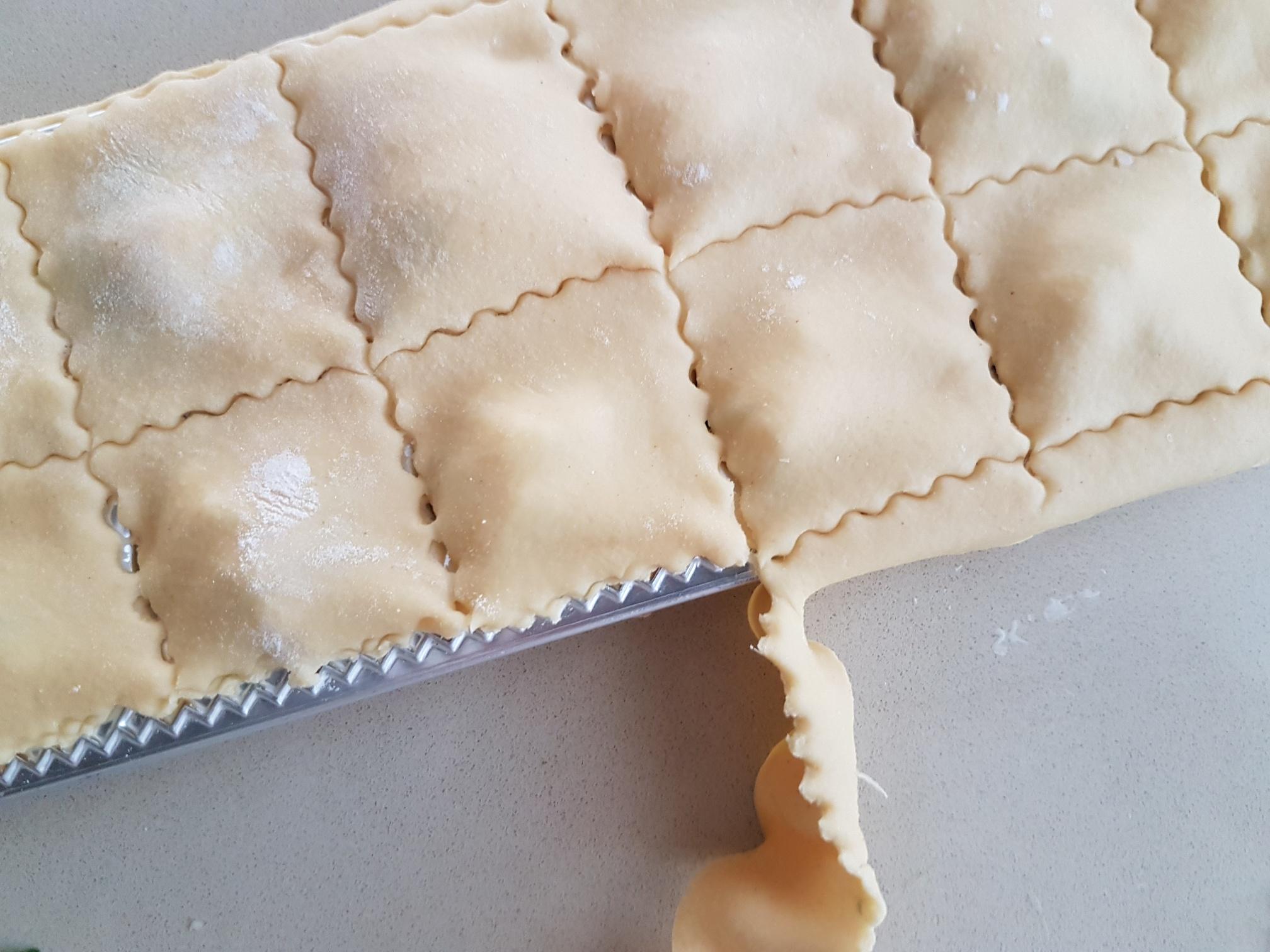 Най-добре е да оформите равиолите с нож за сладкиши. Можете да избирате между различни форми – квадратни, правоъгълни, кръгли.
