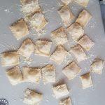 Поръсете добре равиолите с царевично брашно или грис. Покрийте ги навсякъде, за да не се слепват една към друга, когато ги варите.