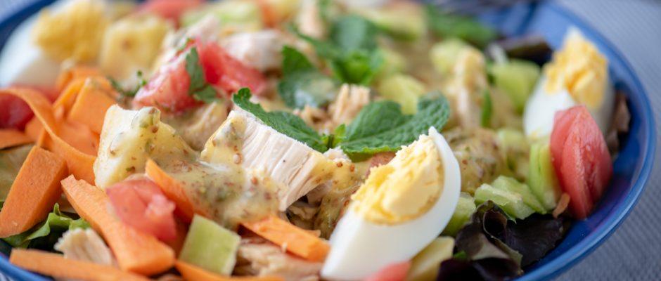 Пилешка салата с къри, мента и фурми